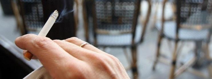 Un fumeur sur la terrasse d'un café