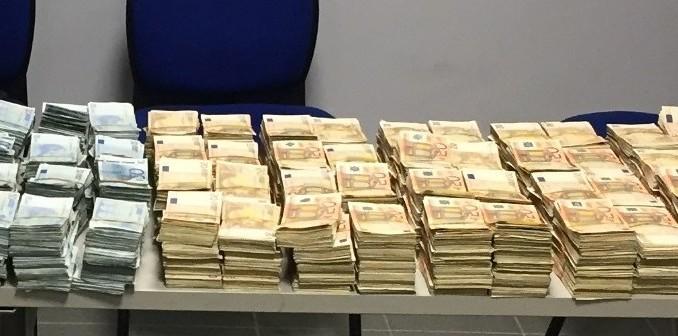 Une saisie douanière de milliers de billets