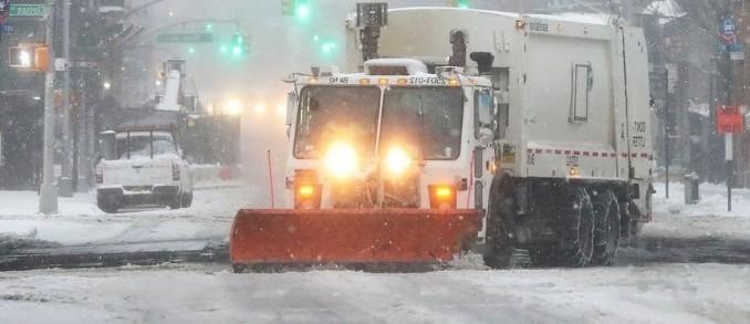 Un chasse-neige dans les rues de New-York après la tempête