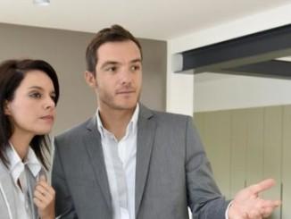 Une des tâches de l'agent immobilier : faire visiter les biens aux acheteurs potentiels