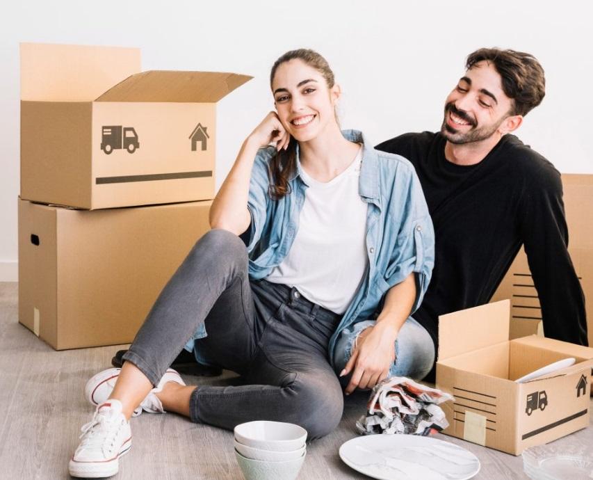 Couple au milieu des cartons de déménagement