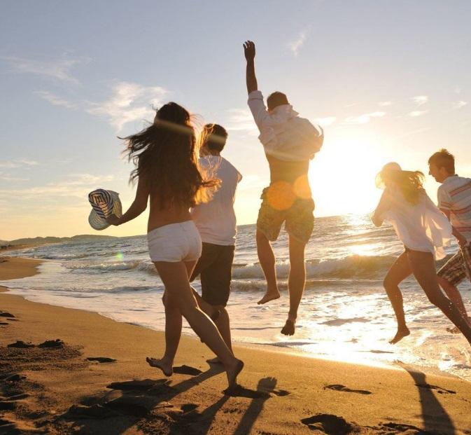 Des jeunes à la plage