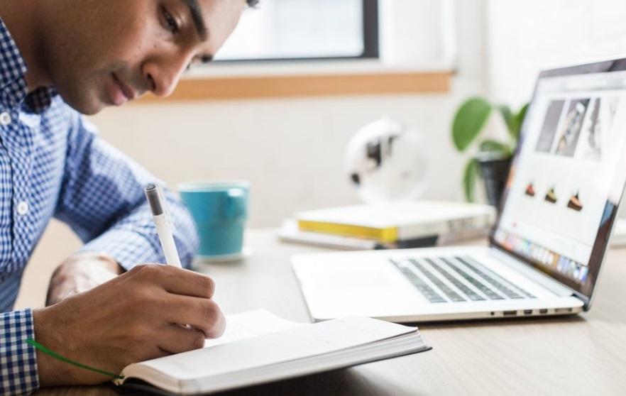 Un homme en train d'étudier