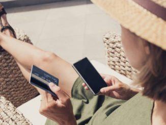 Femme avec un smarphone et une carte bancaire