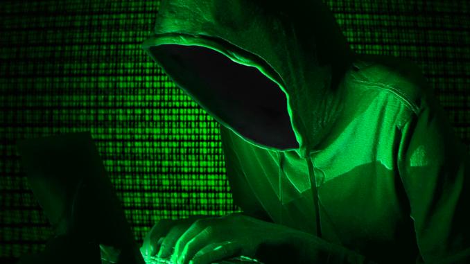 Un homme qui surfe sur le dark web