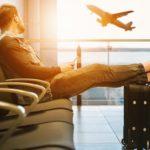 Homme assis regarde un avion