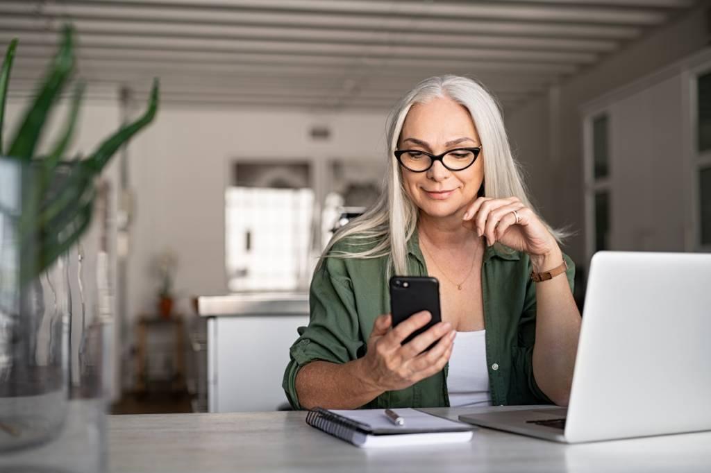 Une femme avec ordinateur