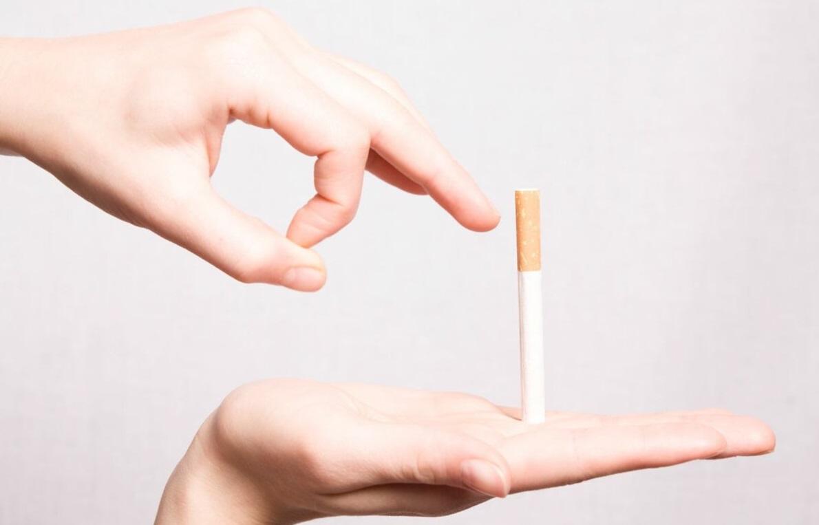 Cigarette posée sur une main