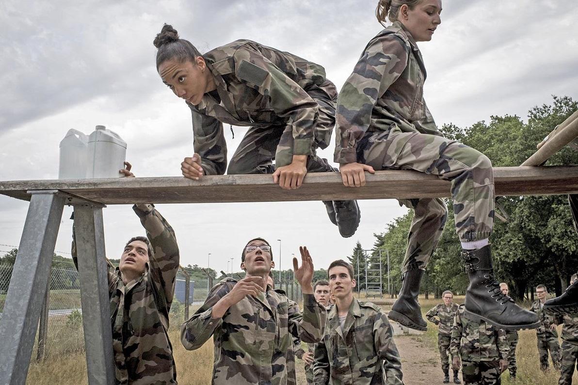 Jeunes réservistes faisant des exercices militaires