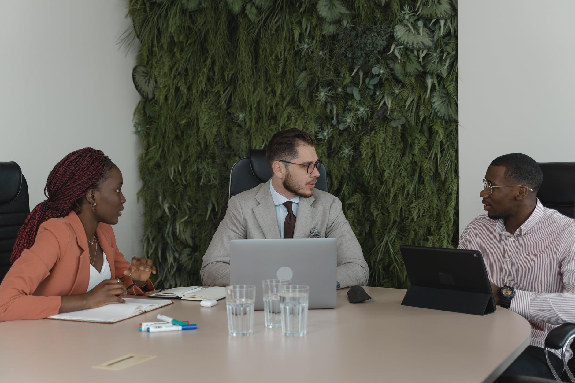 Des personnes assis dans une salle d'attente pour passer un entretien d'embauche