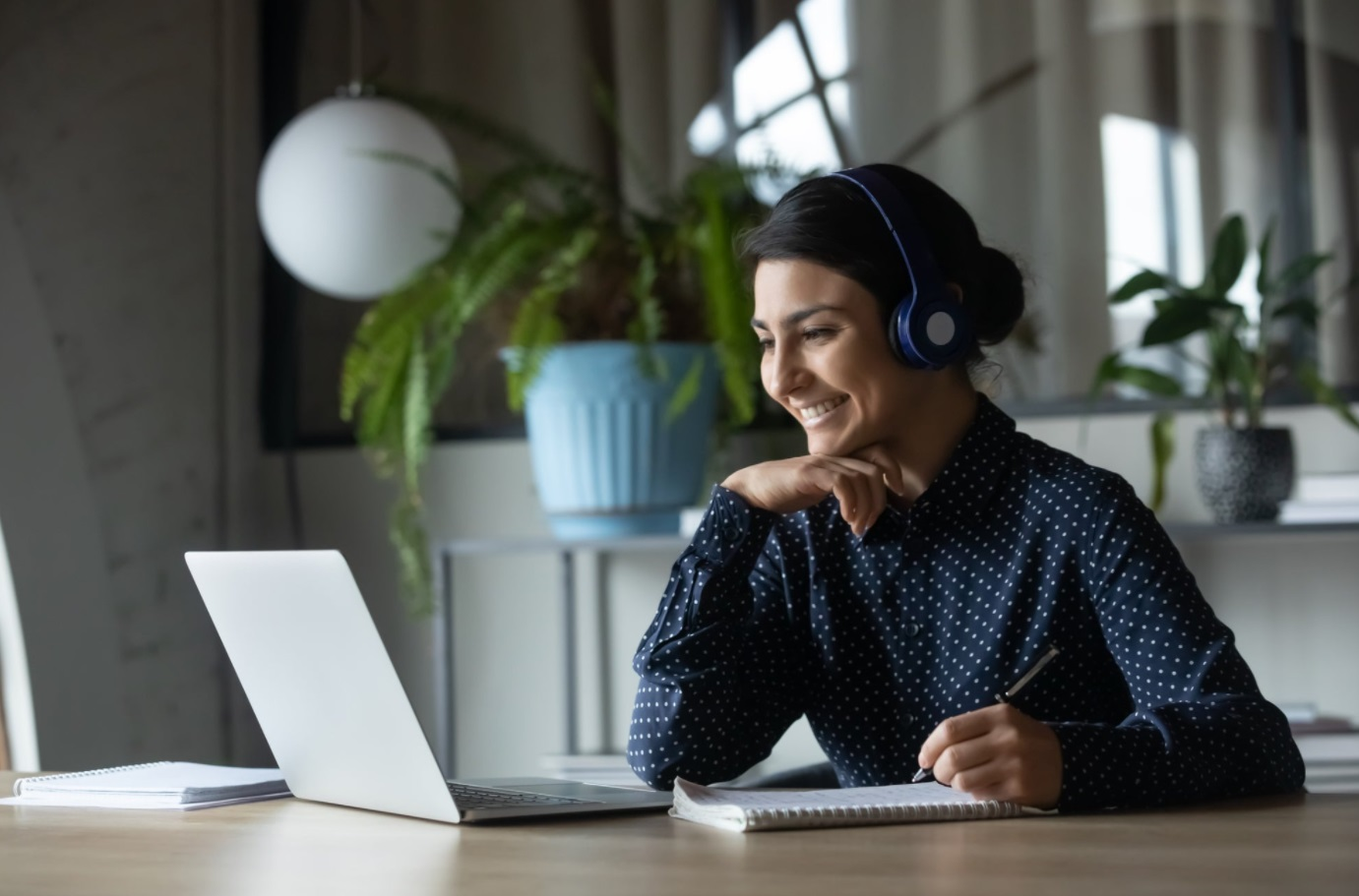 Femme devant ordinateur
