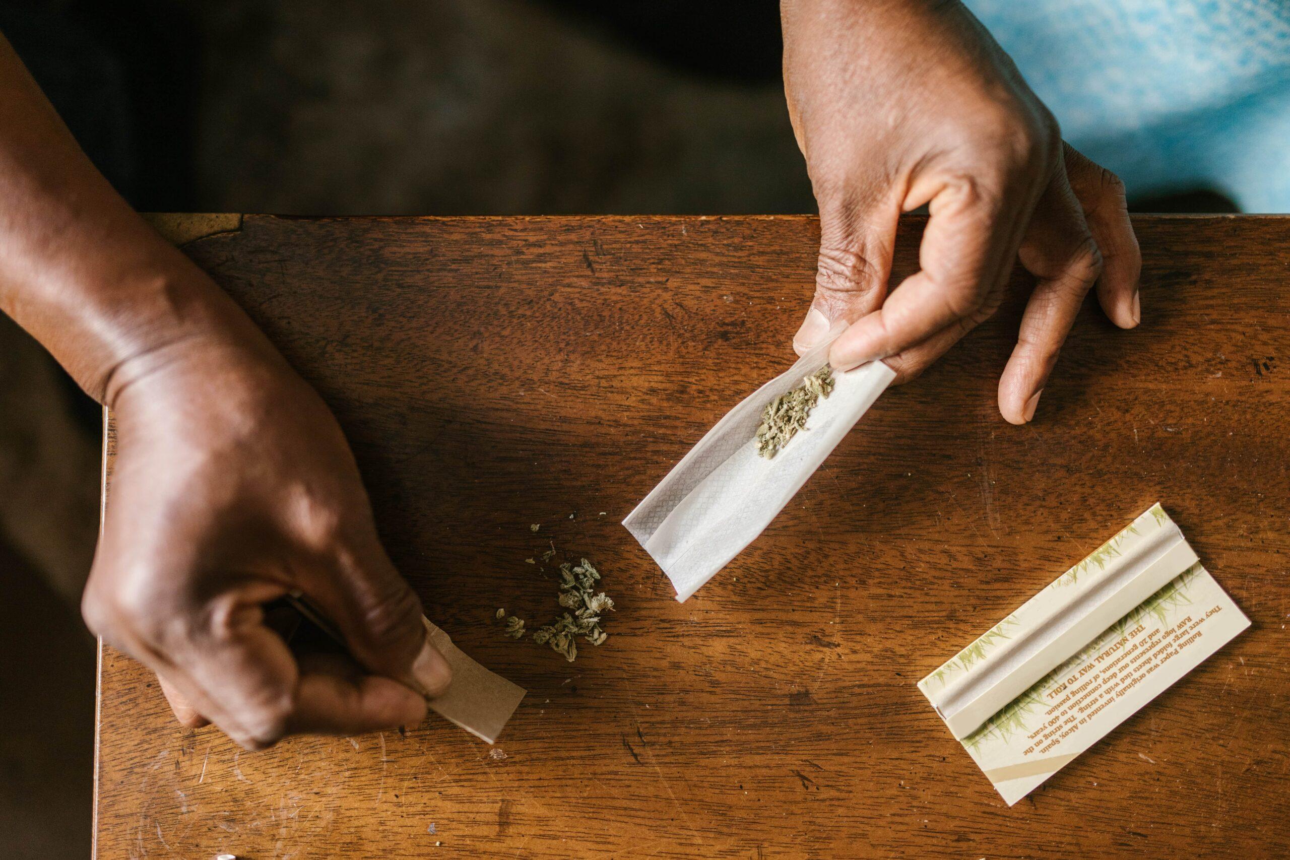 homme roulant joint de cannabis à usage récréatif